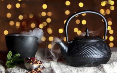 Modny czarny czajnik do modernistycznej kuchni