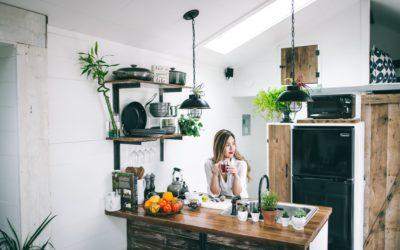 Emaliowany czajnik w kwiaty do kuchni rustykalnej